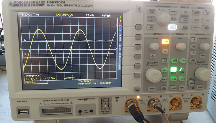 Picture of Oscilloscope showing 25 volt peak at 1kHz